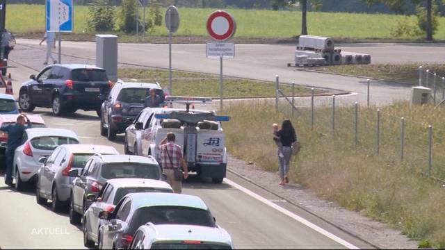Zu Fuss auf der Autobahn zum Flughafen Kloten