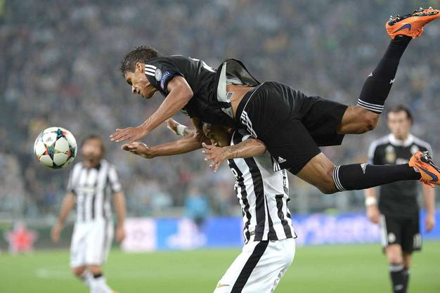 Real Madrids Varane fliegt durch die Luft.