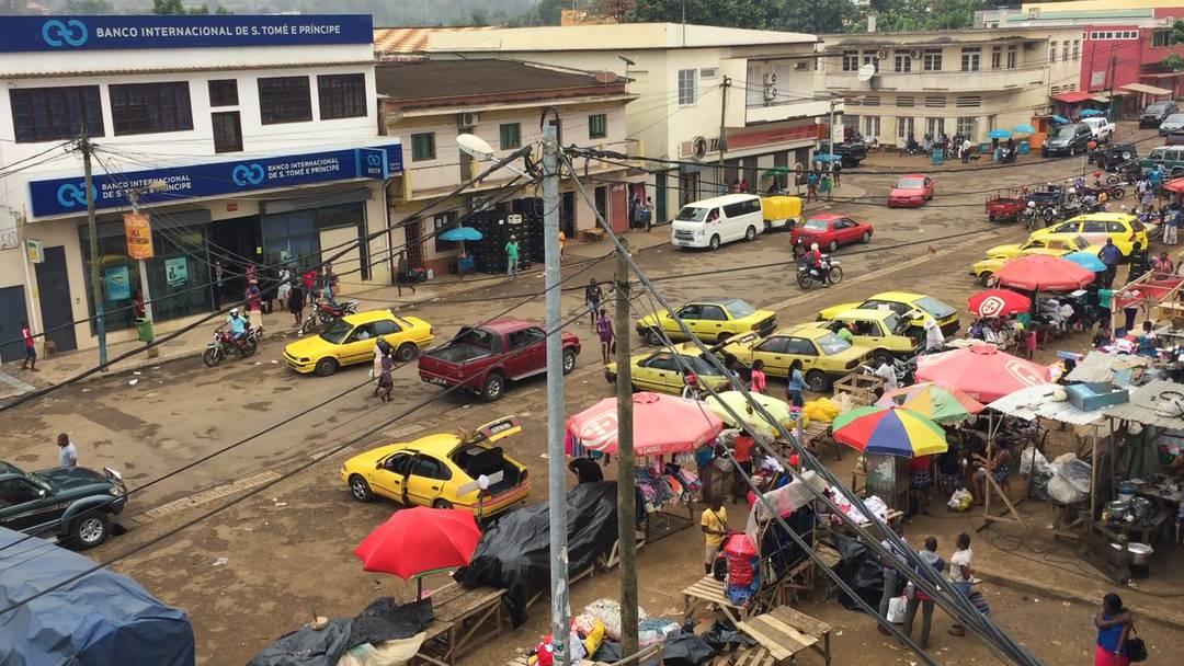 Markttreiben, Höllenmaul und singende Rekruten auf Sao Tomé.