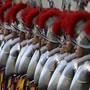 ARCHIV - Mitglieder der Schweizergarde des Vatikans stehen anlässlich ihrer Vereidigung im Hof von St. Damaso. Vier Mitglieder der päpstlichen Schweizergarde sind positiv auf das Coronavirus getestet worden und haben Symptome. Foto: Gregorio Borgia/AP/dpa