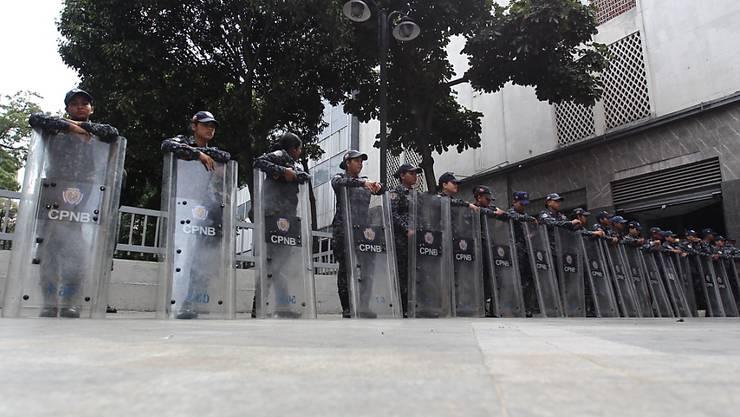 Polizisten blockieren am Dienstag in Caracas den Zugang zum Parlament.