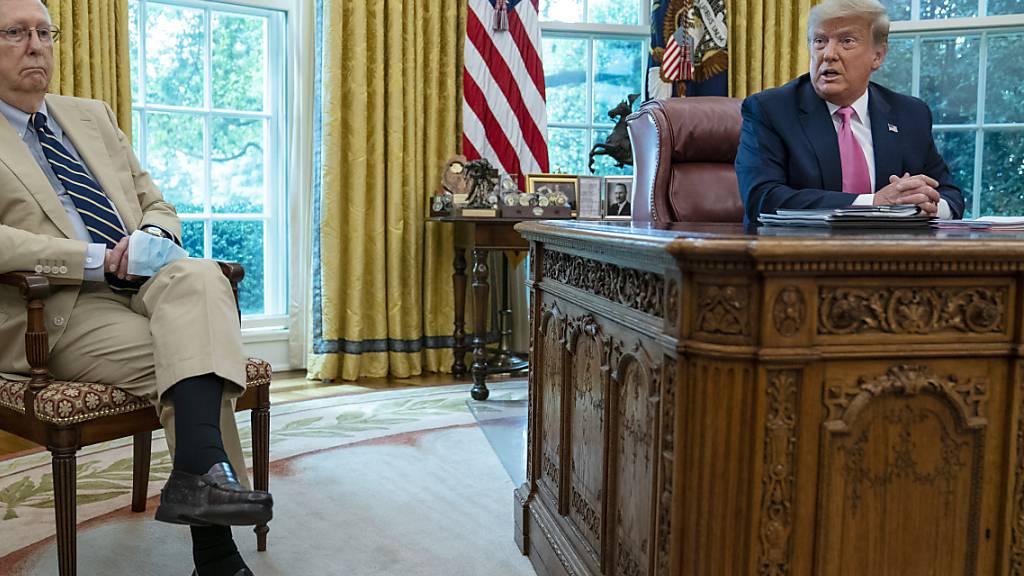 Der ehemalige US-Präsident Donald Trump (rechts) hat den republikanischen Anführer im Senat, Mitch McConnell, als dumm bezeichnet. (Archivbild)