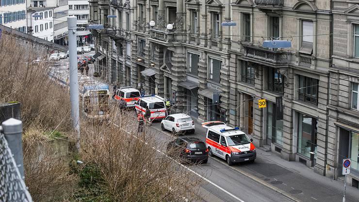 Raubüberfall in Zürich: Die Polizei steht mit Grossaufgebot im Einsatz.