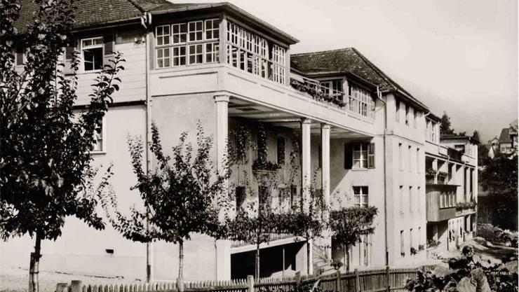 Giuseppe Crivelli, Direktor des Kinderheims Bachtelen Grenchen, liess die beiden Terrassen erbauen, damit erhielt das bereits umgebaute Gebäude eine architektonische Struktur.