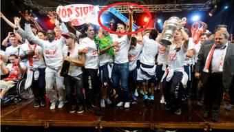Die Sion-Spieler feierten ihren 13. Cup-Titel bis in die frühen Morgenstunden. Mit dabei nicht nur die begehrte Sandoz-Trophäe, sondern auch ein Basler Strassenschild.