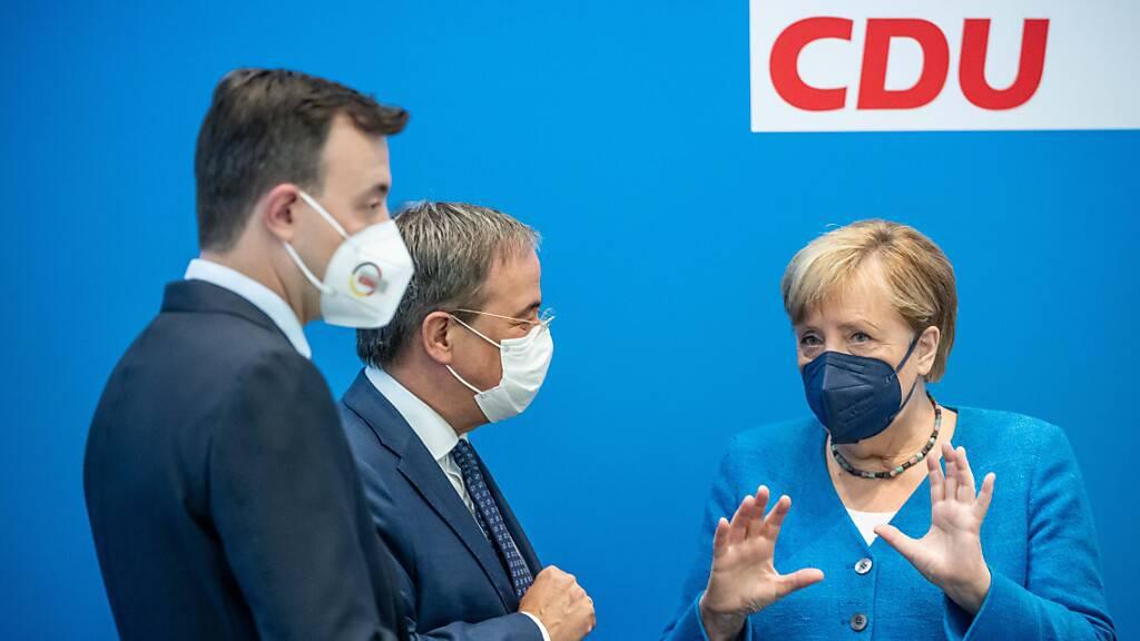 dpatopbilder - Bundeskanzlerin Angela Merkel spricht mit Armin Laschet CDU-Generalsekretär Paul Ziemiak. Foto: Michael Kappeler/dpa Pool/dpa