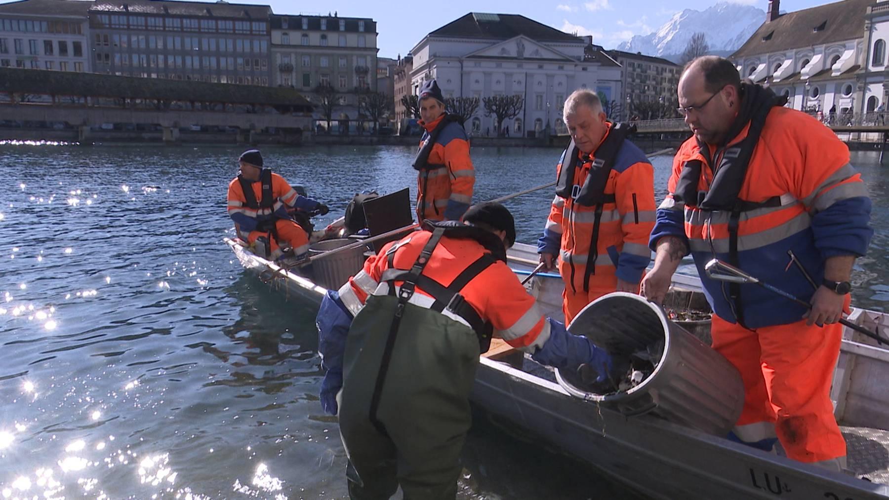 Mehrmals im Jahr rückt Albert Kreienbühl, Strasseninspektor Mitte der Stadt Luzern, mit seinem Team auf dem Boot aus, um das Reuss- und Seeufer zu putzen.