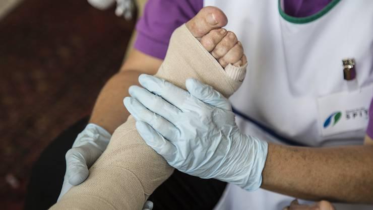 Wer bezahlt künftig, wenn eine Spitex-Mitarbeiterin Pflegematerial anwendet?