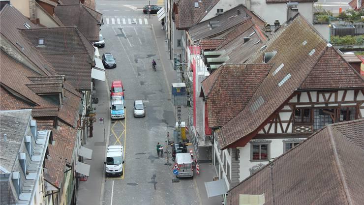 Velo, Fussgänger, Autos – und gleich kommt der Bus. Aarauer dürfen entscheiden, wie es mit ihrer Mobilität weiter geht.