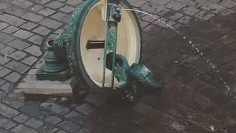 Basilisken-Brunnen vor dem Unternehmen Mitte umgefahren