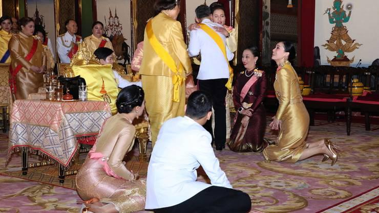 Der frische gekrönte König umarmt seine Schwester Prinzessin Ubolratana Mahidol im Königspalast in Bangkok.