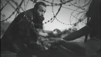 Das beste Pressefoto des Jahres 2015 zeigt ein syrisches Flüchtlingskind beim Überqueren eines ungarischen Grenzzaunes. Dieses und weitere eindrückliche Pressebilder gibt es bis zum 29. Mai im Folium in der Zürcher Sihlcity zu sehen. Zur Eröffnung am Mittwoch kamen auch Preisträger Warren Richardson und die bekannte AP-Korrespondentin Kathy Gannon.