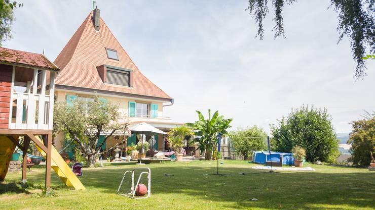 """Fabienne Matheja hat im Turm ihres Hauses ein kleines, zweistöckiges Airbnb eingerichtet. Lebt mit Mann, Tochter (10) und Sohn (3). Sie schätzt die Menschen aus aller Welt, die zu ihnen kommen. """"So schätzt man das eigene Land gleich wieder etwas mehr."""""""