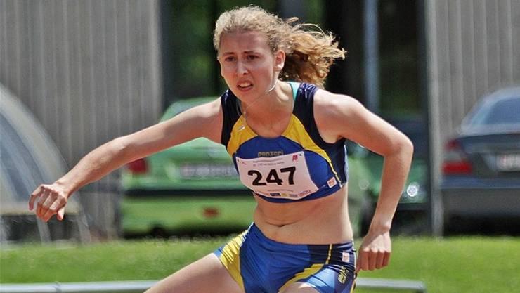 Die Fricktalerin Lena Wunderlin läuft in 14,81 Sekunden zum Sieg über 100 Meter Hürden. Foto: Hansjörg Brunhart