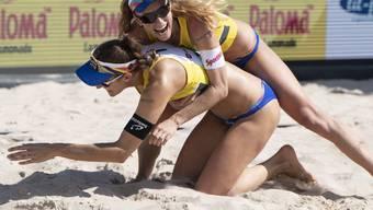 Die Freude von Nina Betschart über den neuerlichen Schweizer Meistertitel haut Teamkollegin Tanja Hüberli glatt um