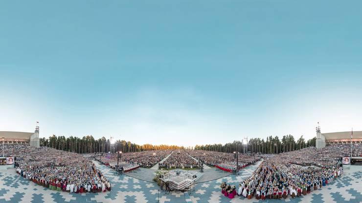 Ein Chor- und Tanzfestival der Superlative: 40 000 Zuschauer, 18 000 Sängerinnen und Sänger, die ganze Stadt im Gesangsfieber. Nur alle fünf Jahre findet das Fest im lettischen Riga statt.