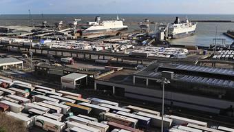 ARCHIV - Lastwagen am Fährhafen am Ärmelkanal im britischen Dover. Foto: Gareth Fuller/PA Wire/dpa