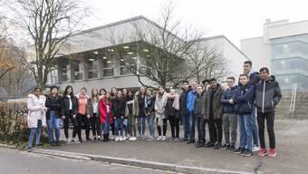 Schüler übergeben eine Petition an den Schlieremer Stadtpräsidenten Markus Bärtschiger (SP). Sie wollen damit verhindern, dass einem beliebten Schlieremer Seklehrer gekündet wird.