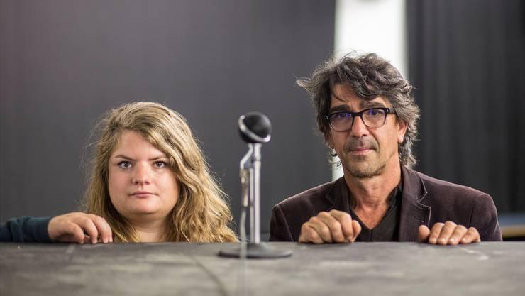 Vera Probst, Regisseurin (auf statt hinter der Bühne), und Schauspieler Jens Wachholz giessen die Talkshow-Kultur in eine neue, theatrale Form. Ihre satirische Devise: «We love to unterhalt you».