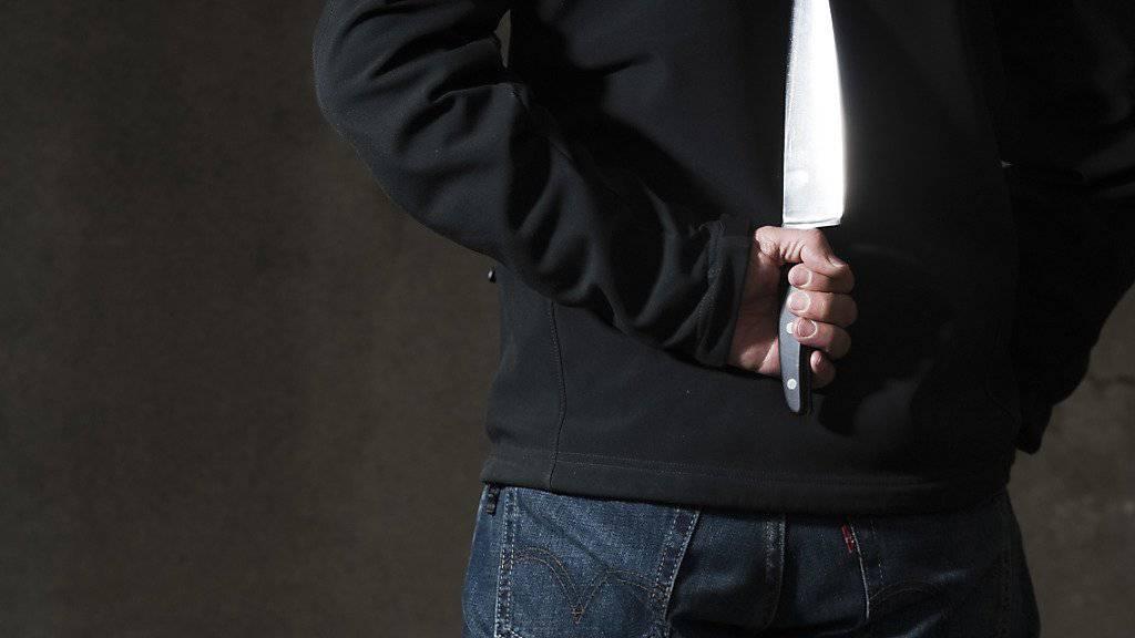 Mit einem 31 Zentimeter langen Messer stach der Tunesier auf seine Ehefrau ein. (Symbolbild)