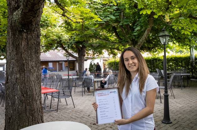 Caterina Varano bedient im «Wilerhof» in Starrkirch-Wil.