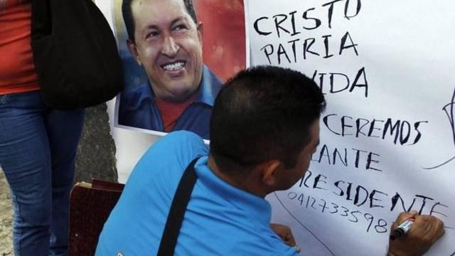 Anhänger schreiben Genesungswünsche für Hugo Chavez