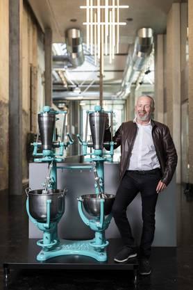 Robert Aeschbach, Nachfahre des einstigen Firmen-Patrons vor den Knetmaschinen in charakteristischem Aeschbach-Blau.
