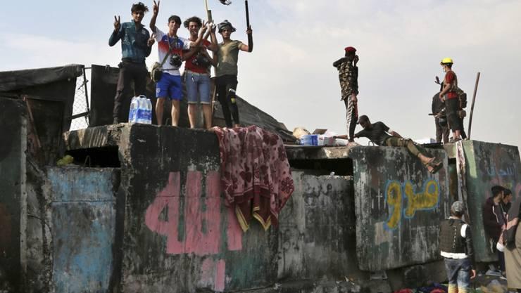 Demonstranten blockieren eine Brücke in Bagdad. (Archivbild)