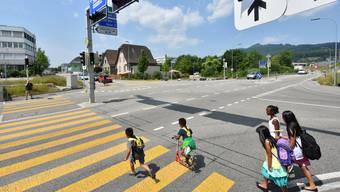 Eine durchgängige Grünphase für Fussgänger über den Zebrastreifen der Umfahrungsstrasse (vorne) und denjenigen des Rötzmattwegs (hinten) wurde vom Parlament abgelehnt.