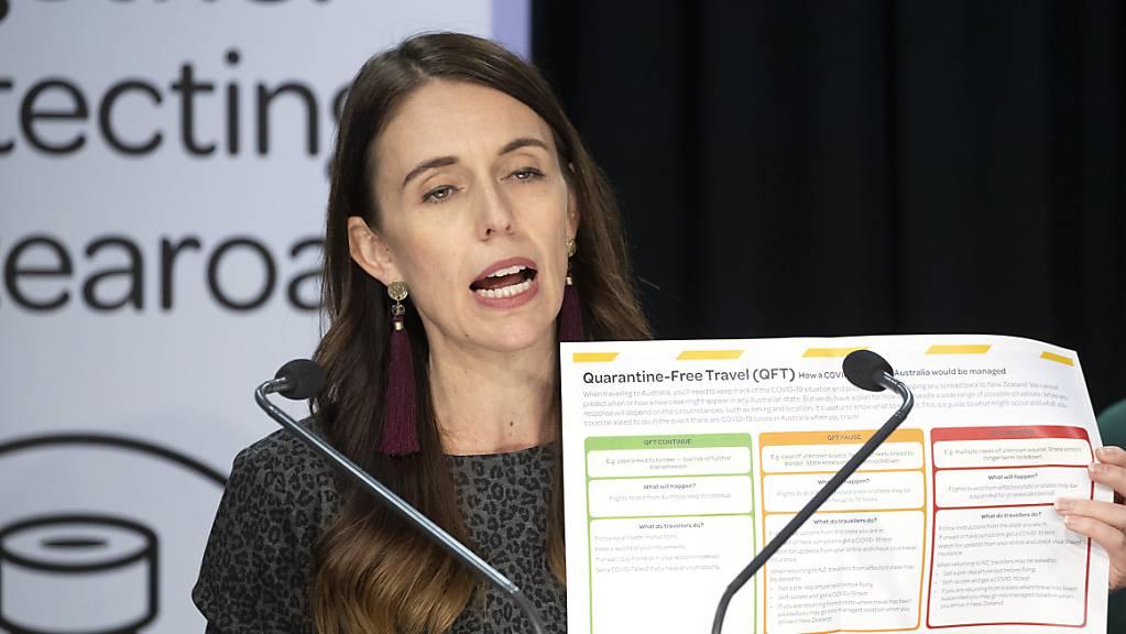 ARCHIV - Jacinda Ardern, Premierministerin von Neuseeland, erklärt die Bedingungen für den quarantänefreien Reiseverkehr mit Australien. Nun soll auch mit den Cookinseln quarantänefreies Reisen möglich werden. (Archivbild) Foto: Mark Mitchell/New Zealand Herald/AP/dpa