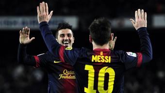Messi und Villa, die Torschützen, gratulieren sich.