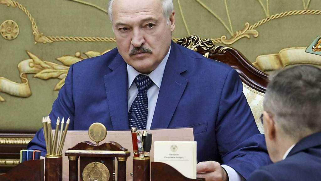 Alexander Lukaschenko, Präsident von Belarus, spricht während eines Treffens. Foto: Nikolay Petrov/BelTA/AP/dpa