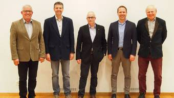 Gruppenbild mit dem abtretenden Kreisschulpräsidenten Beat Nützi in der Mitte und (v. l.) Alex Heim, abtretender Vizepräsident, Dominik Studer, neuer Präsident, Schuldirektor Silvan Jäggi sowie Kurt Steiner, abtretendes Vorstandsmitglied.