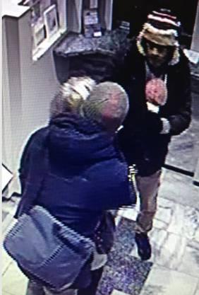 Die Kantonspolizei Zürich sucht nach Hinweisen zu den Tätern, die sich noch auf der Flucht befinden.
