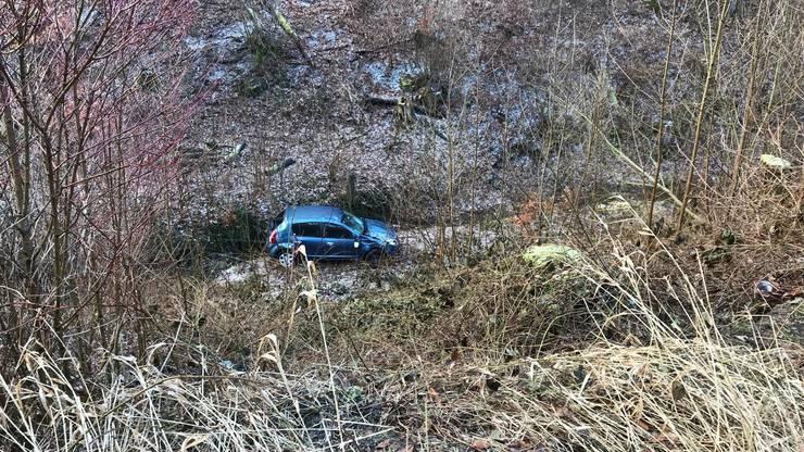 Sie stürzte 20 Meter in die Tiefe. Das Auto überschlug sich mehrmals.