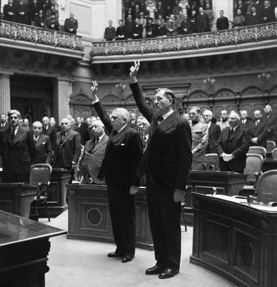 1940, im bedrohlichsten Jahr des Zweiten Weltkriegs, hatte der Bundesrat Sitzungen am Morgen und am Abend. Das Bild zeigt Eduard von Steiger (links) und Karl Kobelt, die am 10. Dezember 1940 neu in den Bundesrat gewählt wurden und den Eid schwören.