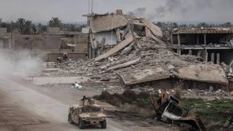 Ein Fahrzeug der Demokratischen Kräfte Syriens patrouilliert am 10. Februar durch Bagouz. Dieses Dorf ist das letzte Rückzugsgebiet des IS in Ostsyrien.