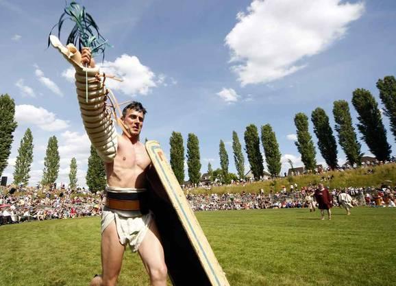 Ein Gladiator feiert seinen Sieg.