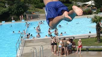 In Baselbieter Freiluft-Badis kann man derzeit bedenkenlos springen, was die Wasserqualität betrifft. (Symbolbild)