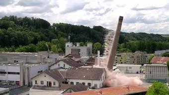 Spektakel im bernischen Neuenegg: Der 56 Meter hohe Kamin auf dem Areal der Wander AG ist am Donnerstagnachmittag gesprengt worden.
