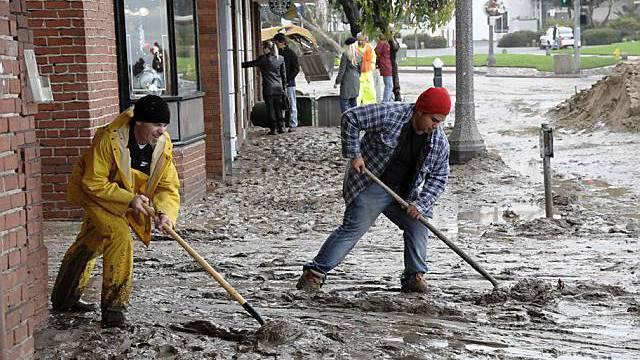 Schwerstarbeit für die Beseitigung des Schlamms in Laguna Beach, Kalifornien