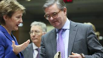 EU-Sicherheitskommissar Julian King im Gespräch mit Bundesrätin Simonetta Sommaruga. (Archivbild)