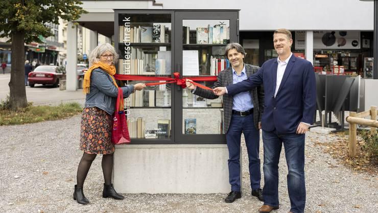 Monique Roth, Leiterin der Schlieremer Bibliothek, eröffnete gemeinsam mit Stadtpräsident Markus Bärtschiger (SP) und Gemeinderat Manuel Kampus (Grüne) den Bücherschrank.