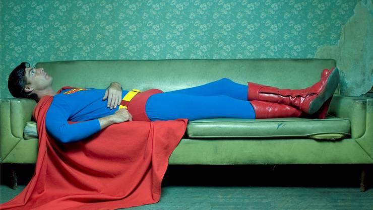 Auch Helden können einmal fallen. Immer mehr Männer legen sich auf die Couch und lassen sich helfen.