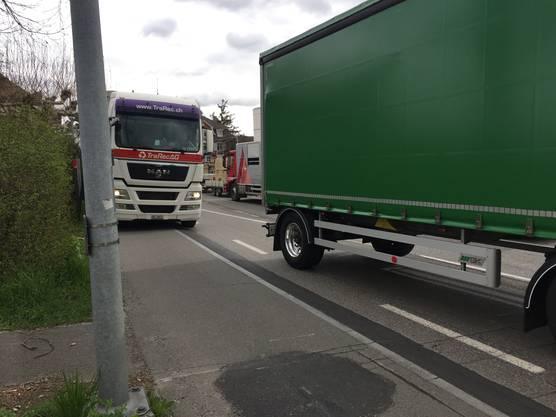 Zu schmal: Auf der Doppelspur zwischen dem «Bären» und dem «Kreuz» kommen die Lastwagen nicht aneinander vorbei.