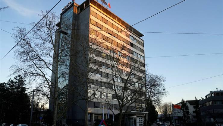 Melancholisches Licht auf dem Helvetia-Hochhaus an der St. Alban-Anlage in Basel.