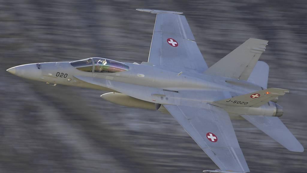 Weil sie über keine Kollisionswarnsysteme verfügen, kamen zwei F/A 18C der Schweizer Luftwaffe einem Helikopter im Februar 2018 über dem Zürichsee gefährlich nahe. (Archivbild)