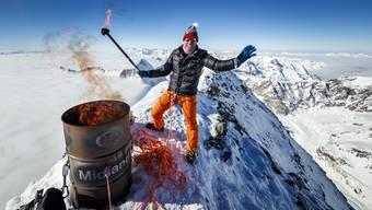 Der Olympiasieger von 1988, Pirmin Zurbriggen, entfacht das olympische Feuer auf dem Matterhorn. Die Aktion auf 4478 Metern über Meer sorgte für Kritik.
