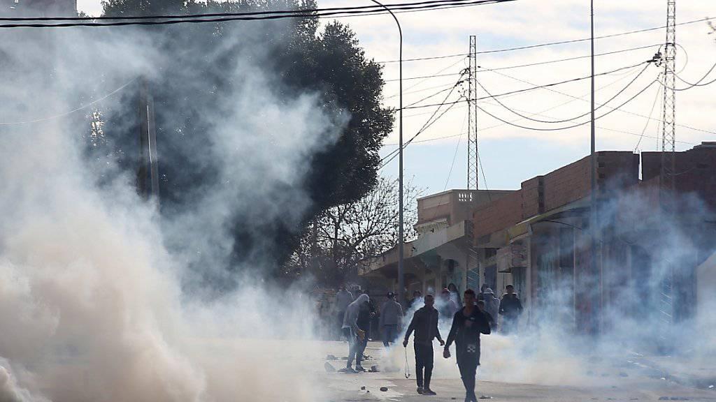 In Tunis haben Demonstranten in der Nacht zu Samstag Reifen angezündet, Strassen gesperrt und Sicherheitskräfte mit Steinen beworfen. (Archivbild)