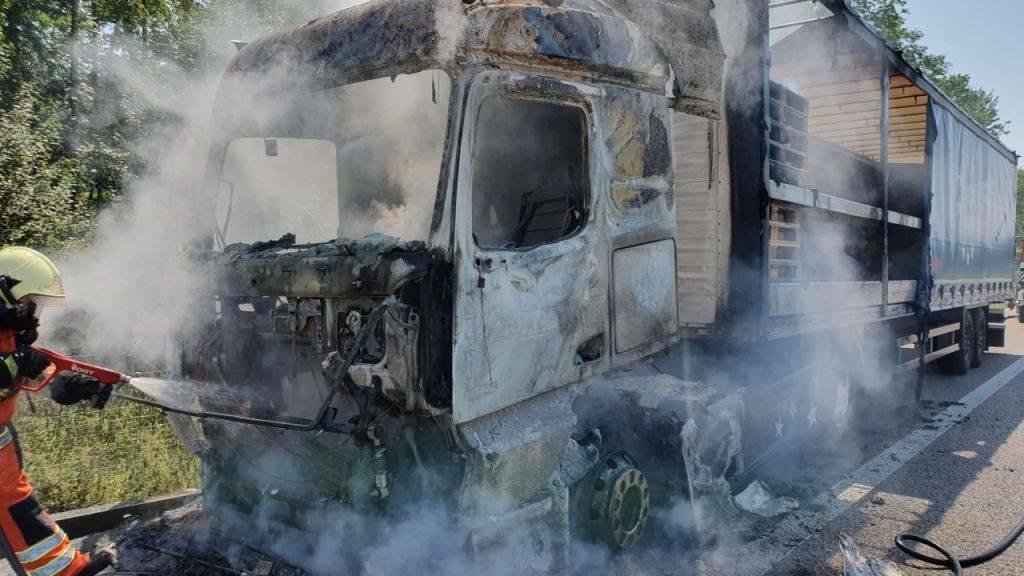 Ein Lastwagen hat am Donnerstag auf der A1 zwischen Oftringen AG und Kölliken AG Feuer gefangen. Verletzt wurde niemand. Es kam aber zu Verkehrsbehinderungen.